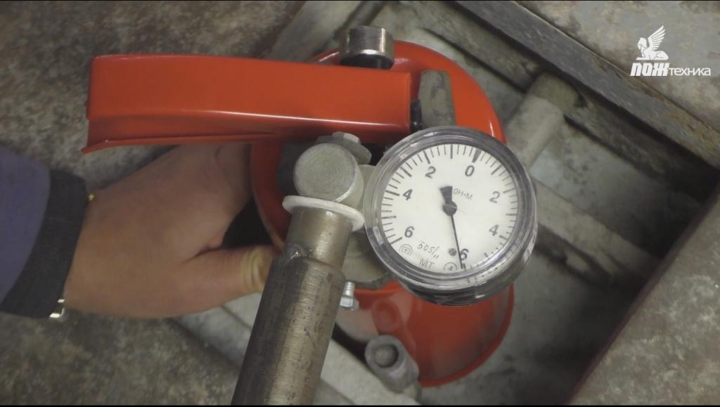 Проверка усилия затяжкизапорно-пускового устройствак корпусу огнетушителя