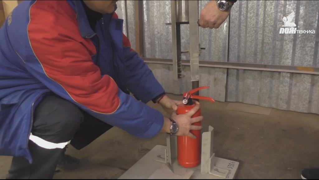 Испытание головки запорно-пуско-вого устройства огнетушителя на ударную прочность
